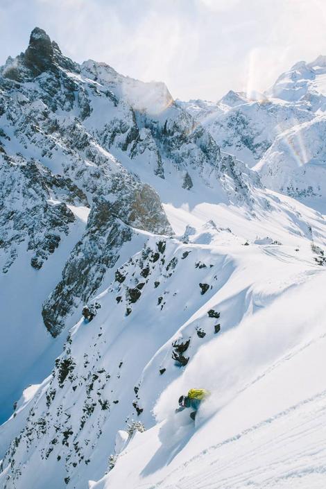 Skieur en hors-piste à Courchevel dans Les 3 Vallées, un domaine skiable qui offre des conditions naturelles exceptionnelles