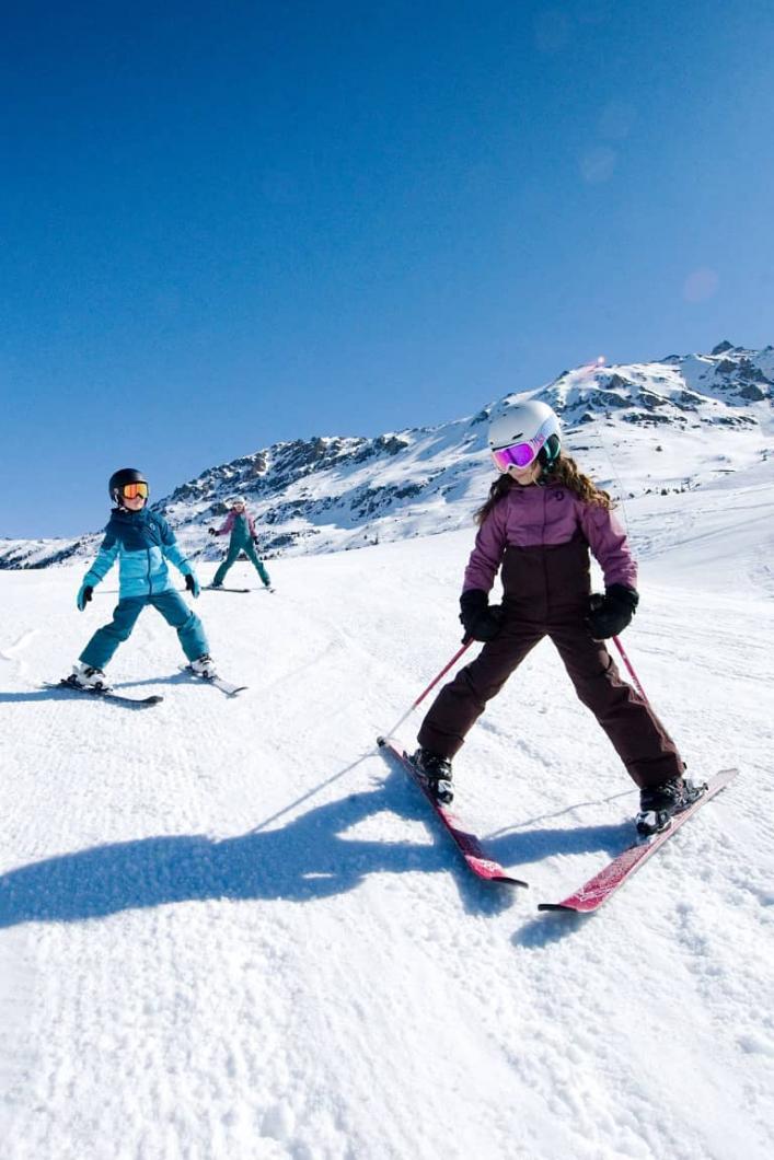 Ski en famille à Méribel au cœur des 3 Vallées grâce au Pass Famille 3 Vallées. Découvrez un domaine skiable accessible à tous !